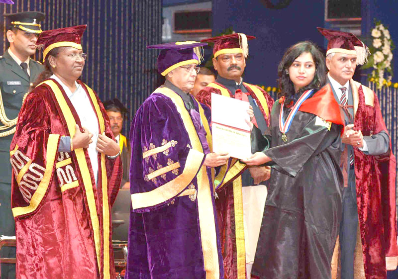 The President, Mr. Pranab Mukherjee presenting the degree to a student at the Diamond Jubilee Celebration and the Convocation of the Birla Institute of Technology, at Ranchi, Jharkhand on January 10, 2016. The Governor of Jharkhand, Mrs. Draupadi Murmu and the Chief Minister of Jharkhand, Mr. Raghubar Das are also seen