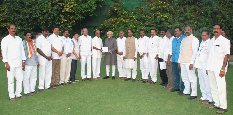 A delegation of Leaders from Andhra Pradesh calling on the Vice President, Mr. M. Hamid Ansari and handing over a memorandum with regard to granting Special Category Status to Andhra Pradesh, in New Delhi on March 16, 2016.
