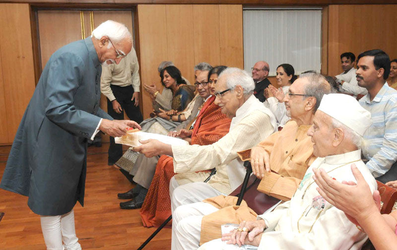 The Vice President, Mr. M. Hamid Ansari giving away the Chisti India Harmony Award 2015 to Mr. Kuldeep Nayar, Eminent Journalist, in New Delhi on April 19, 2016.