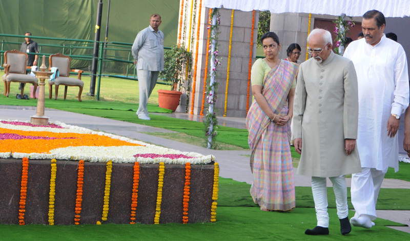 The Vice President, Mr. M. Hamid Ansari performing parikrama at the Samadhi of Babu Jagjivan Ram, on his 109th Birth Anniversary, at Samta Sthal, in New Delhi on April 05, 2016. The Minister of State for Social Justice & Empowerment, Mr. Vijay Sampla is also seen.