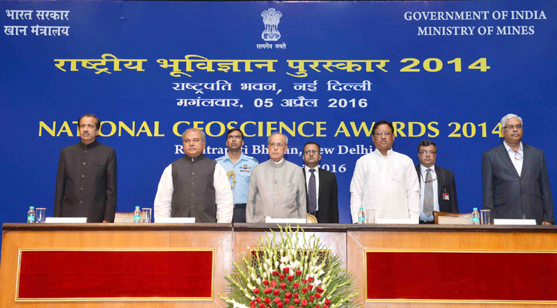 The President, Mr. Pranab Mukherjee at the presentation of the National Geoscience Awards 2014, at Rashtrapati Bhavan, in New Delhi on April 05, 2016. The Union Minister for Mines and Steel, Mr. Narendra Singh Tomar, the Minister of State for Mines and Steel, Mr. Vishnu Deo Sai and other dignitaries are also seen.