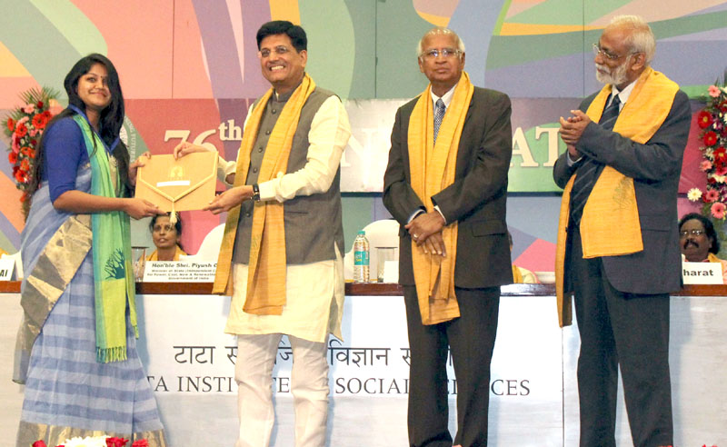 The Minister of State (Independent Charge) for Power, Coal and New and Renewable Energy, Mr. Piyush Goyal honouring the meritorious student at the 76th convocation of the Tata Institute of Social Sciences, in Mumbai on May 07, 2016.