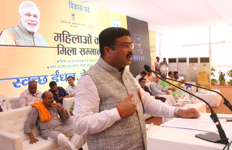 The Minister of State for Petroleum and Natural Gas (Independent Charge), Mr. Dharmendra Pradhan addressing at the launch of the Pradhan Mantri Ujjwala Yojana, at Faizabad, in Uttar Pradesh on June 11, 2016. The Minister of State for Drinking Water & Sanitation, Mr. Ram Kripal Yadav, the Secretary, Ministry of Petroleum and Natural Gas, Mr. K.D. Tripathi and other dignitaries are also seen.