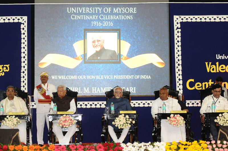 The Vice President, Mr. M. Hamid Ansari at the Valedictory Function of the Centenary Celebrations of the Mysuru University, in Mysuru on July 22, 2016. The Governor of Karnataka, Mr. Vajubhai Rudabhai Vala, the former Prime Minister, Mr. H.D. Deve Gowda, the Chief Minister of Karnataka, Mr. Siddaramaiah and the Minster of Higher Education, Karnataka and Pro-Chancellor, Mr. Basavaraja Rayareddy are also seen.