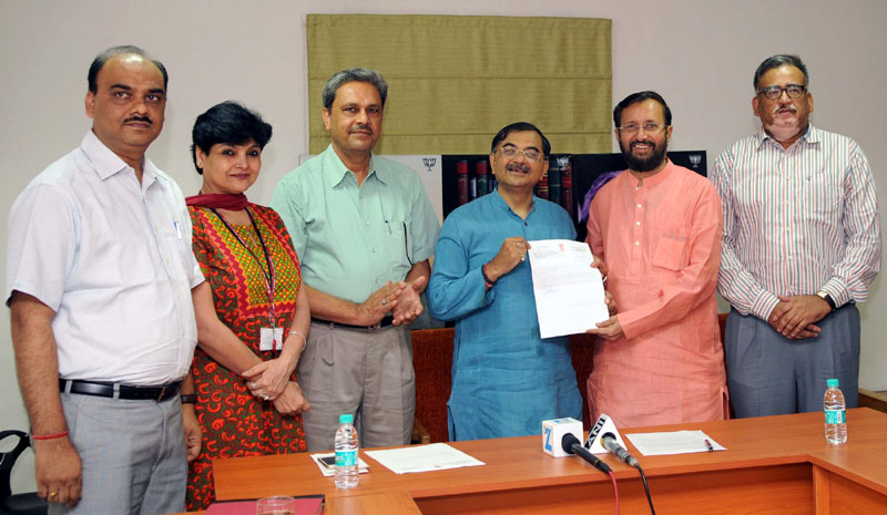 The Minister of State for Environment, Forest and Climate Change (Independent Charge), Mr. Prakash Javadekar receiving a letter from Mr. Tarun Vijay, MP, Rajya Sabha, Uttarakhand, pledging Rs. 1 crore from MPLADS for renovation, development and upkeep of Rangers' Ground in Dehradun, Uttarakhand, in New Delhi on July 02, 2016. The Director, Indian Council of Forestry Research and Education (ICFRE), Dr. (Smt) Savita and senior officials of the Ministry of Environment, Forest and Climate Change are also seen.