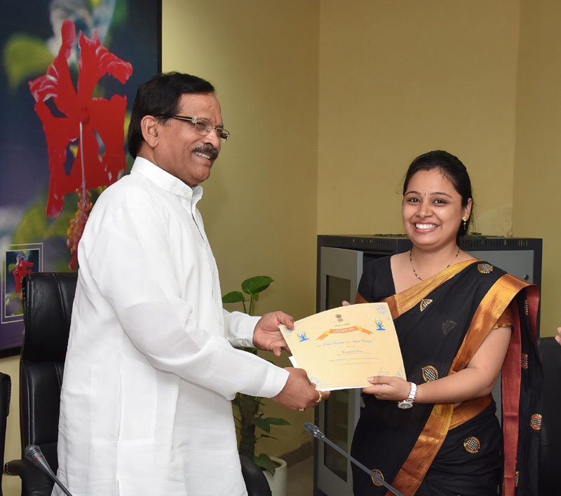 The Minister of State for AYUSH (Independent Charge), Mr. Shripad Yesso Naik presenting the certificate to the winner of Online Essay Contest, at a function, in New Delhi on August 10, 2016.