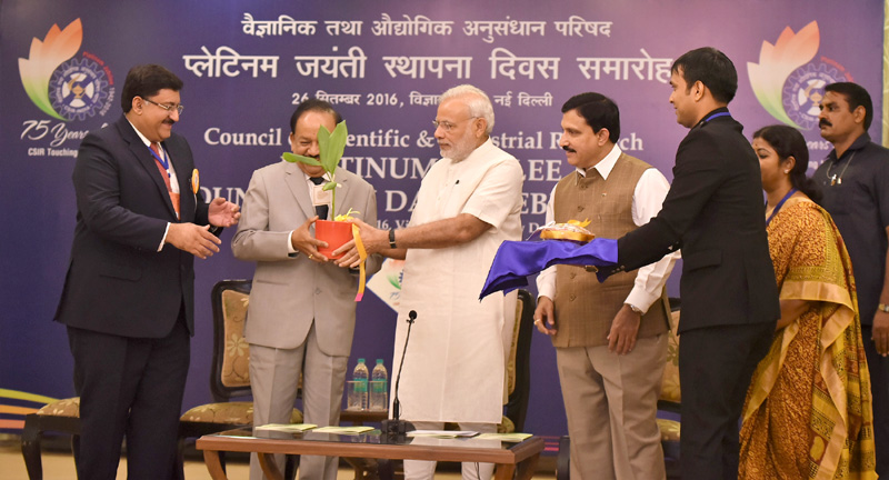 The Prime Minister, Mr. Narendra Modi at the CSIR Platinum Jubilee Celebrations, in New Delhi on September 26, 2016. The Union Minister for Science & Technology and Earth Sciences, Dr. Harsh Vardhan, the Minister of State for Science & Technology and Earth Sciences, Mr. Y.S. Chowdary are also seen.