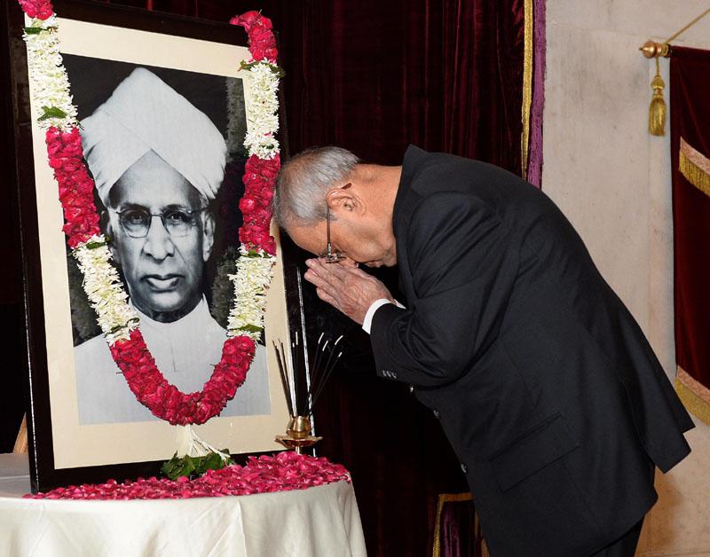 The President, Mr. Pranab Mukherjee paying homage at the portrait of the former President of India, Dr. Sarvepalli Radhakrishnan, on the occasion of his Birth Anniversary, at Rashtrapati Bhavan, in New Delhi on September 05, 2016.