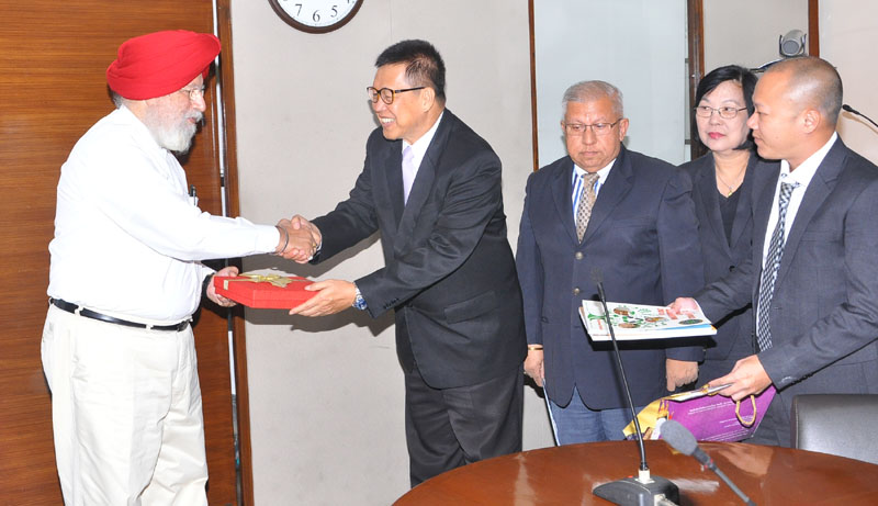 A delegation of Thailand led by the Vice Minister of Commerce, Thailand, Mr. Winichi Chaemchaeng meeting the Minister of State for Agriculture & Farmers Welfare and Parliamentary Affairs, Mr. S.S. Ahluwalia, in New Delhi on September 06, 2016.