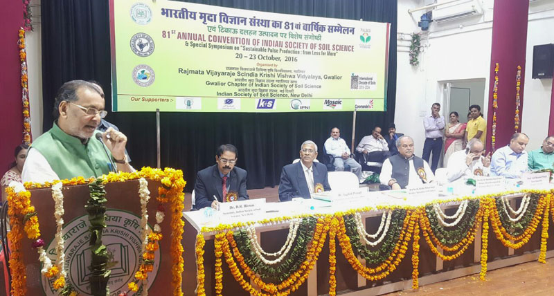 The Union Minister for Agriculture and Farmers Welfare, Mr. Radha Mohan Singh addressing at the 81st Annual Conference of Rajmata Vijay Raje Sindhia Agriculture University, Gwalior, in Madhya Pradesh on October 20, 2016. The Union Minister for Rural Development, Panchayati Raj, Drinking Water and Sanitation, Mr. Narendra Singh Tomar and other dignitaries are also seen.