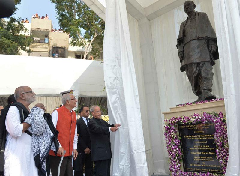 The President, Mr. Pranab Mukherjee inaugurating the Sardar Vallabhbhai Patel Heart Institute, at Ankleshwar, Gujarat on October 23, 2016. The Governor of Gujarat and Madhya Pradesh, Mr. O.P. Kohli is also seen.