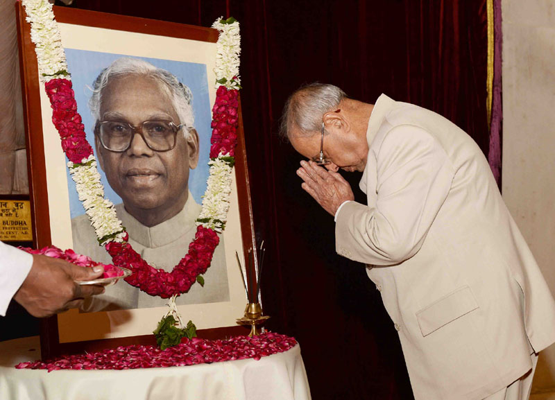 The President, Mr. Pranab Mukherjee paid tributes at the portrait of the former President of India, Shri. K.R. Narayanan, on the occasion of his birth anniversary, at Rashtrapati Bhavan, in New Delhi on October 27, 2016.