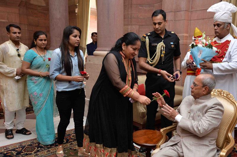 The President, Mr. Pranab Mukherjee receiving Diwali Greetings from all walks of life, at Rashtrapati Bhavan, in New Delhi on October 30, 2016.