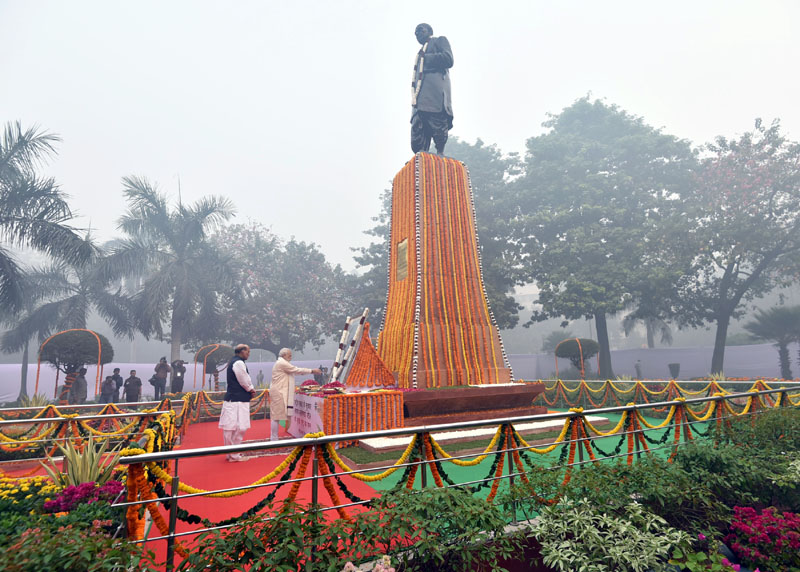 The Prime Minister, Mr. Narendra Modi paying floral tribute to Sardar Vallabhbhai Patel on Rashtriya Ekta Diwas, at Patel Chowk, in New Delhi on October 31, 2016. The Union Home Minister, Mr. Rajnath Singh is also seen.