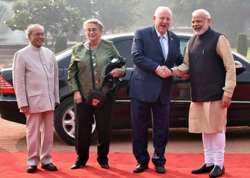 The President, Mr. Pranab Mukherjee and the Prime Minister, Mr. Narendra Modi with the President of Israel, Mr. Reuven Rivlin at the ceremonial welcome, at Rashtrapati Bhavan, in New Delhi on November 15, 2016.