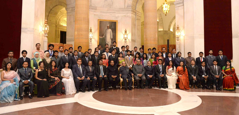 The President, Shri Pranab Mukherjee with the youth delegation from Bangladesh, at Rashtrapati Bhavan, in New Delhi on December 05, 2016.